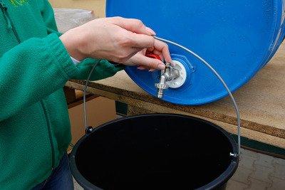 """Metalowy kran czerpalny 1/2"""" z plastikową nakrętką do beczek NKB1/2 + przyłącze do węża ogrodowego GRATIS"""